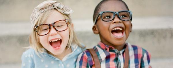 c3ddbb7e8 Escolher o óculos para os filhos não é uma tarefa fácil pois há diversas  opções de armações e lentes, sem contar que os pais terão que achar o  modelo ...