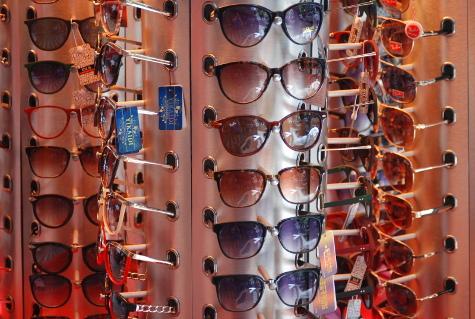 A utilização de óculos comprados em camelôs ou de ambulantes podem ter  consequências ainda mais graves. Catarata, degeneração da retina, tontura,  ... f3f45a0267