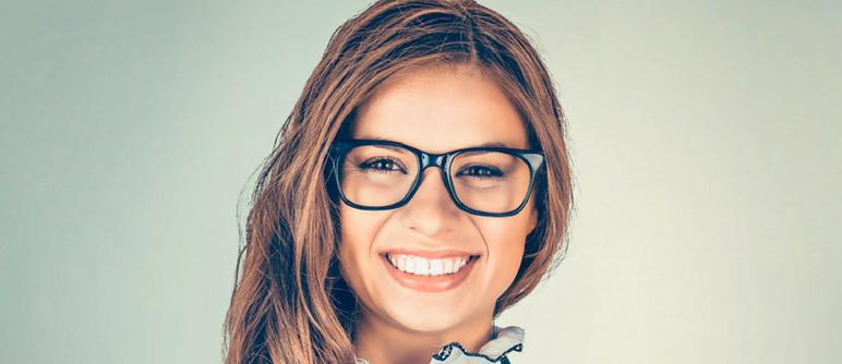 fbc1ed6e152d1 Para quem usa óculos de grau é essencial encontrar o equilíbrio e harmonia  visual entre o seu corte de cabelo e sua armação. Porém